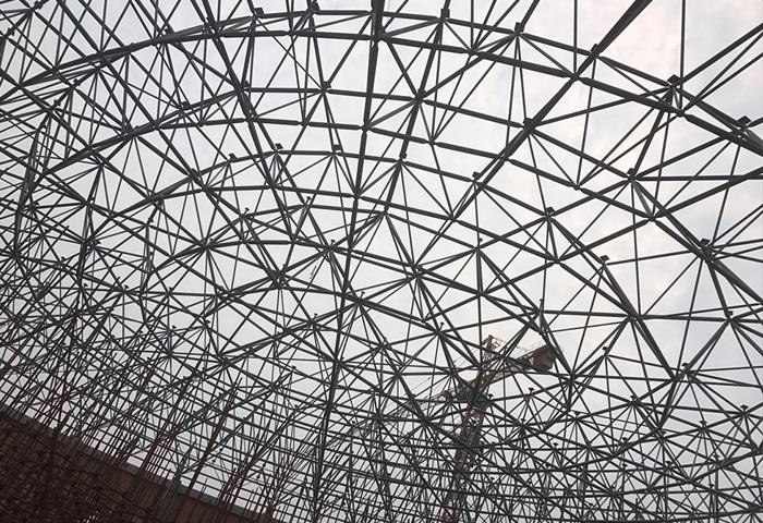洪雅体育馆 洪雅体育馆项目分为体育场和体育馆,体育场看台为管桁架索膜结构,单榀桁架承叶瓣状,截面为菱形,构件制作精度高,安装难度大;体育馆屋面为螺栓球网架,投影面积3639.6平方米,长轴78米,短轴60米。建筑高度20米,构件空中散拼,维护系统由彩钢、夹胶中空钢化玻璃、2.